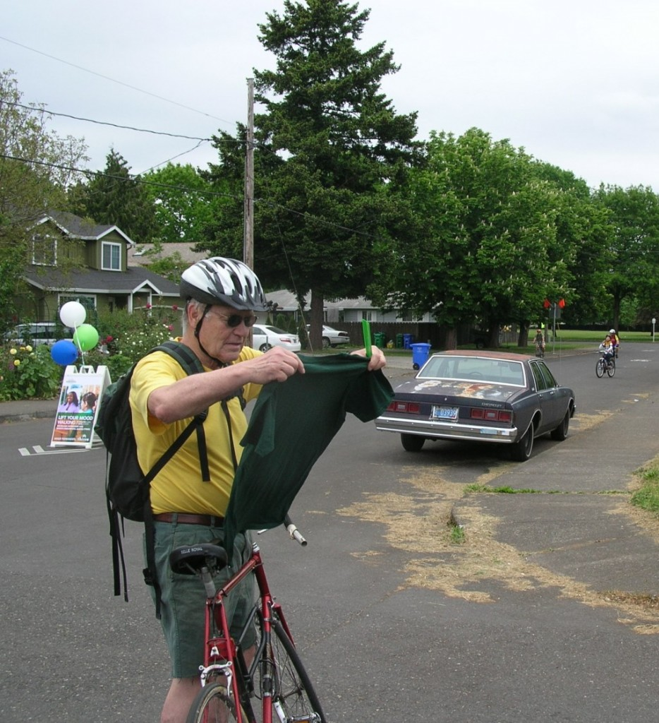 A Sunday Parkways participant checks out his brand-new Bicycles Stack Exchange t-shirt